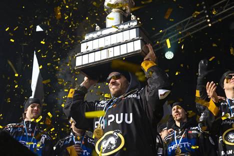 Kärpät juhli Suomen mestaruutta viime keväänä. Kuvassa etualalla hyökkääjä Charles Bertrand, joka siirtyi KHL:ään.
