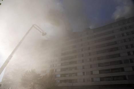 Pelastuslaitos neuvoi yhdeksän aikaan naapuritalojen asukkaita sulkemaan ilmastoinnin ja ikkunat.