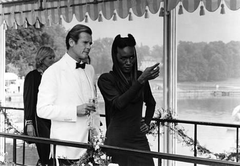 Grace Jones nähtiin 007 ja kuoleman katse -elokuvassa toisena Bond-tyttönä. Robertsin mukaan Jones veti heistä pidemmän korren ja loi menestyksekkään uran elokuvan jälkeen.