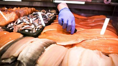 Kalatiskin Karita antaa näppärän vinkin lohen suolaamiseen – näin valmistat mehevän kalan uunissa
