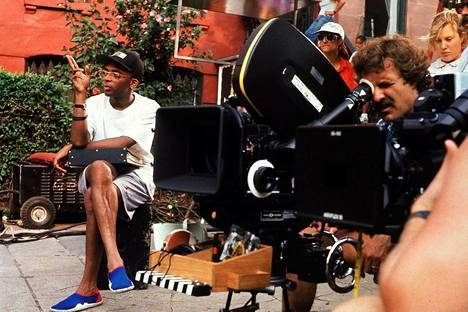 Spike Lee ohjaamassa läpimurtoelokuvaansa Do The Right Thing – Kuuma Päivä.