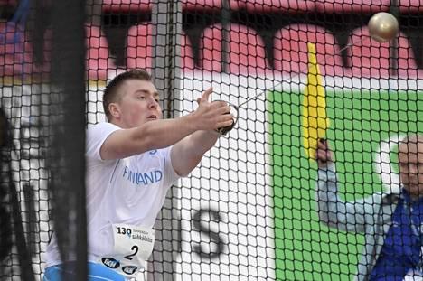 Aaron Kangas johdatti Suomen kolmoisvoittoon miesten moukarissa.