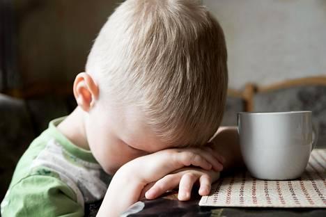 Lastenpsykiatri Jukka Mäkelä on todennut, että vanhempi voittaa aina, kun voi olla sanomatta älä tai ei.