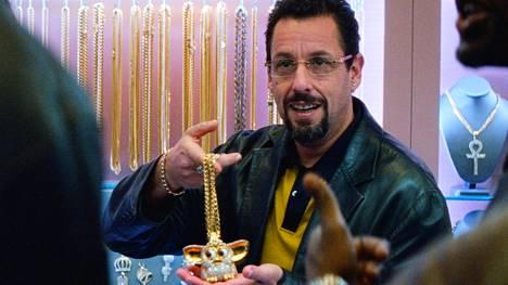 Adam Sandler näyttelee pinteeseen joutuvaa jalokivikauppiasta rikosdraamassa Hiomattomat timantit.