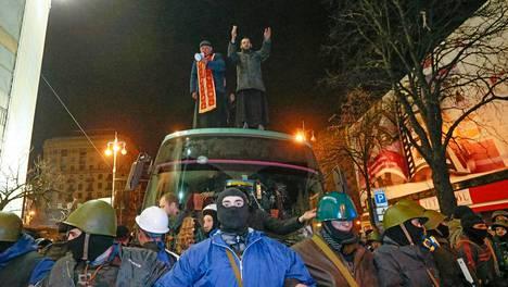 Opposition kannattajat vartioivat bussia, joka kuljettaa kiinniotettuja poliiseja. Kuvan ottamisen jälkeen heidät vapautettiin.