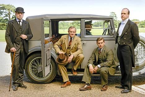 Downtonin miesten tyyliä. Kuvassa Brendan Coyle (Bates), Hugh Bonneville (Granthamin jaarli Robert), Allen Leech (Branson) ja Kevin Doyle (Molesley).
