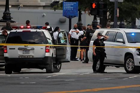 Poliiseja 17th Streetin ja Pennsylvania Avenuen kulmauksessa.