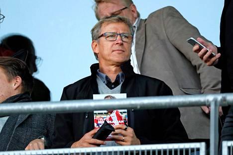 Päävalmentaja tarkkailutehtävissä perjantai-illan ottelussa HIFK–KPV.