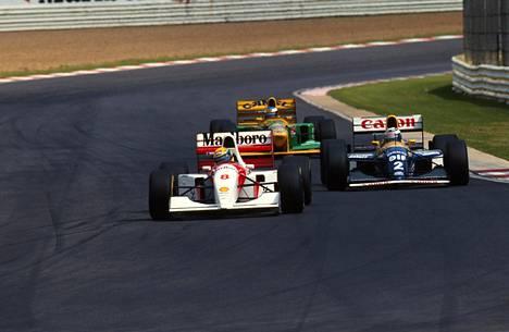 Ayrton Sennan McLaren pysyi ajoittain kaudella 1993 Prostin Williamsin edellä, mutta ei riittävästi. Prost vei mestaruuden pistein 99–73. Taustalla kärkkyy tuleva suurmestari Michael Schumacher Benettonissaan.