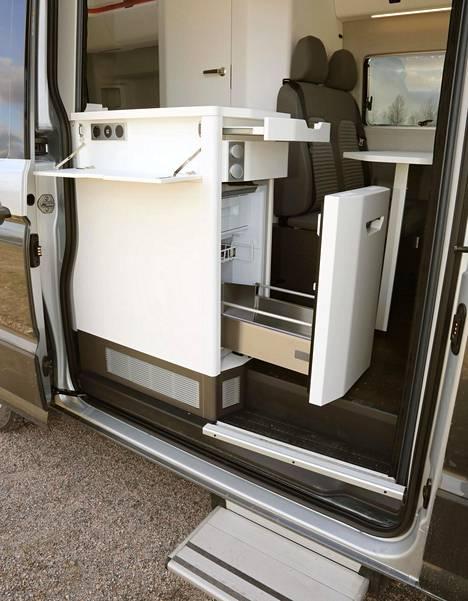 Ulos vedettävän jääkaapin käytettävyys on heikkoa, sillä maitopurkit mahtuvat pystyyn vain oven tuntumaan, ja niiden pysyminen pystyssä pitää varmistaa muilla tavaroilla.