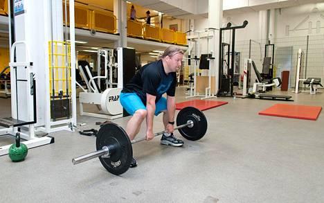 Harjoittelussa kannattaa ensin satsata nousujohteiseen perusharjoitteluun vaikkapa koko kehon ohjelmalla. Kikkailu ei näytä tuovan mitään lisähyötyjä.