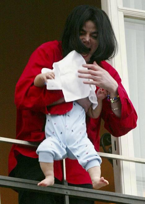 Michael Jackson esitteli pienen Blanket-poikansa faneilleen hyvin hätkähdyttävällä tavalla vuonna 2002.