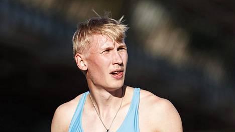 Sadalla metrillä Suomen ennätystä hätyytellyt Samuli Samuelsson kilpailee keskiviikkona Espoossa 200 metrillä.