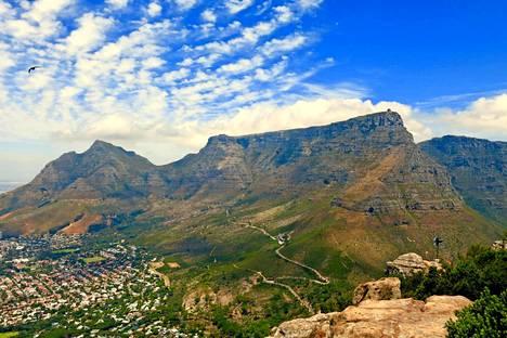 Majesteettinen pöytävuori hallitsee maisemaa kautta Kapkaupungin.