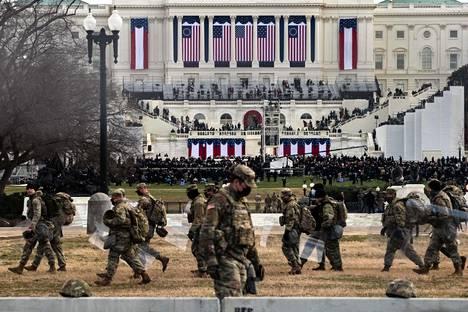 Presidentin virkaanastujaiset ovat valtava turvallisuusoperaatio, ja tänä vuonna väkivallan uhan takia turvatoimet olivat entistäkin massiivisemmat. Virkaanastujaisia oli turvaamassa yli 20000 kansalliskaartin sotilasta, ja koko Capitol-kukkula oli eristetty.
