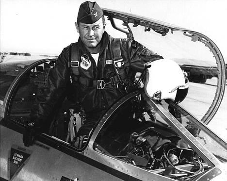 Vuonna 1962 Chuck Yeager johti koelentäjäkoulua Edwardsin ilmatukikohdassa Kaliforniassa.