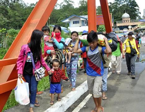 Marawin läheisyydessä sijaitsevan kylän asukkaat pakenivat väkivaltaisuuksia perjantaina.