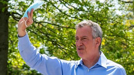 New Yorkin pormestari Bill De Blasio kuvattuna jakamassa kasvomaskeja toukokuussa 2020.
