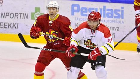 Kunlun Red Starsin Brandon Yip (oik.) ja Jokereiden Tomi Mäki väänsivät KHL:n harjoitusottelussa kesällä 2017. Yipin debyytti SM-liigassa ei mennyt aivan putkeen.