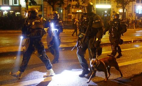 Poliisin erikoisjoukkoja Hampurissa.