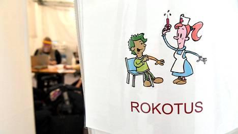 Pfizerin ja Biontechin valmistamaa koronarokotetta rokotetaan Tapiolan Terveysasemalla Espoossa.