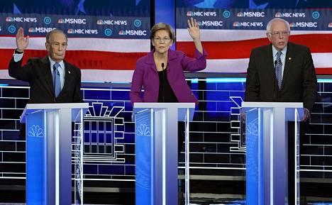 Demokraattiehdokkaita Paris-casinon lavalla Las Vegasissa. Mike Bloomberg vasemmalla, keskellä Elizabeth Warren ja oikealla Bernie Sanders.