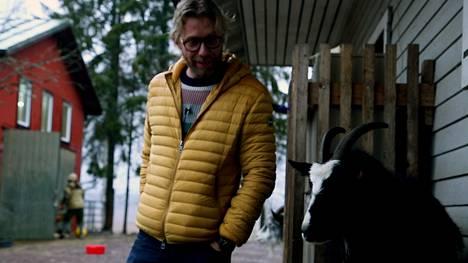 Radio Aallon Kimmo Vehviläinen kävi viemässä Santanderin joulutervehdyksen tuotantoeläinten turvakoti Tuulispäähän kiitoksena tärkeästä työstä.
