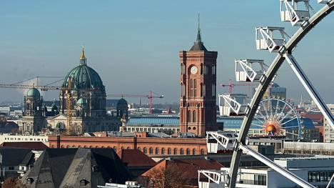 Kuvassa etualalla näkyvä Aleksanderplatzin maailmanpyörä Berliinissä on maailman suurin liikuteltava maailmanpyörä.