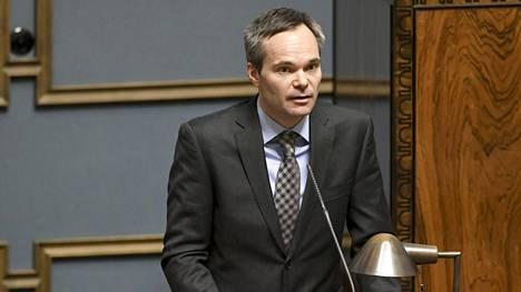 Kokoomuksen eduskuntaryhmän puheenjohtaja Kai Mykkänen sanoo, että sadat tuhannet suomalaiset ovat kiinni turhan kalliissa lämmitysmuodossa, joka aiheuttaa myös päästöjä. Mykkäsen mukaan öljylämmityksen ja kaukolämmön päästöt ovat noin kaksi kertaa isommat kuin koko henkilöautoliikenteen päästöt.