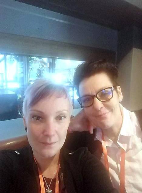 Mari Lohelalla (vas) ja Kirsi Rautiolla on yrittäjätaustaa 14 vuodelta. Nivalan Sapuska on toiminut seitsemän vuotta.