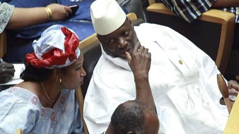 Gambian edellinen presidentti Yahya Jammeh (oik.) hävisi presidentinvaalit joulukuussa, mutta ei suostu luopumaan vallasta.