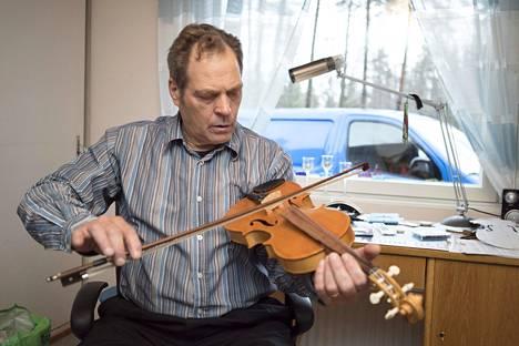 Käsistään taitava Pauli Nevala on rakentanut soittimia eläkepäiviensä iloksi.
