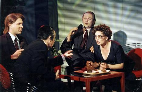 Lapinlahden linnut teki MTV:lle vielä vuonna 1995 kuusiosaisen tv-sarjan. Kuvan kohtauksessa keskustellaan ulosteen koostumuksesta.