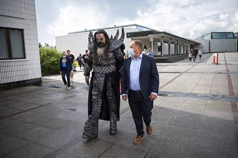 Mr. Lordi saapui kaupungintalolle yhdessä Lapin sairaanhoitopiirin infektioylilääkäri Markku Broasin kanssa.