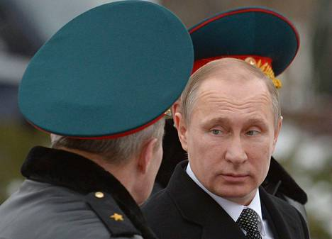 Venäjän presidentti Vladimir Putin vieraili Tuntemattoman sotilaan haudalla Kremlissä 23.2.2016.