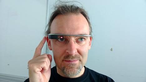 Google Glass -lasit käytössä, toimittajalla sormi hipaisuohjaimella. (Klikkaa suuremmaksi.)