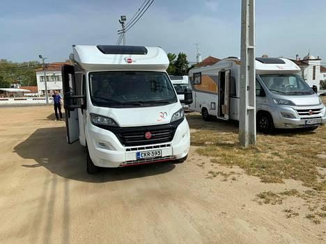 Hjalte Karlssonin matkaseurue pysähtyi Evorassa ennen rajanylitystä Espanjaan. – Olemme onnellisia, että olemme vihdoin tien päällä, mutta tässä tilanteessa matkantekokaan ei ole herkkua.