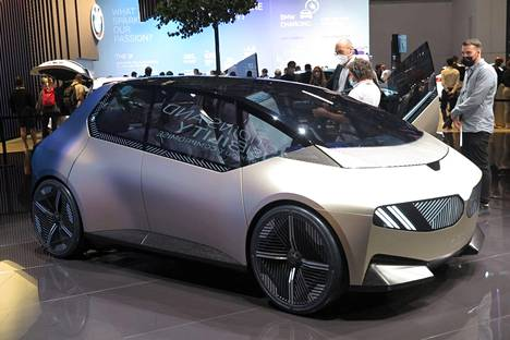 BMW i Vision Circular paljastaa paljon saksalaisyhtiön uudesta ajattelusta, minkä puitteissa tutkielma oli tehty kokonaan kierrätetyistä materiaaleista. Muodoista voinee ennustaa tulevien pienten BMW-mallien ulkonäköä.