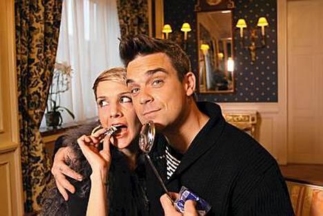 Maria Veitola ja Robbie Williams tinanvalannan tuoksinnassa.
