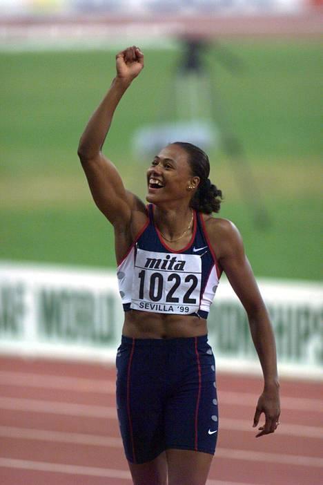 """Ylivoimaa. Marion Jones oli huippuvuosinaan pysäyttämätön. """"Hän oli kuin naispuolinen Usain Bolt: pikajuoksijaksi poikkeuksellisen pitkä ja hurjan lahjakas"""", Arto Bryggare kuvailee."""