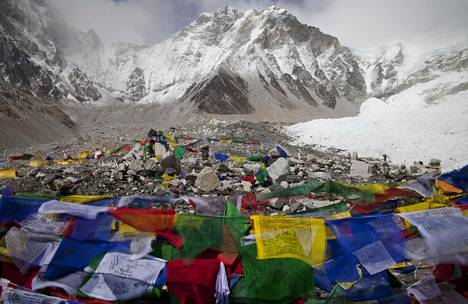 Buddhalaisia rukouslippuja liehumassa Mount Everestin perusleirissä. Kuva vuodelta 2011.