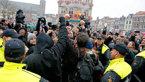Poliisit joutuivat puuttumaan Zwarte Pietiä vastustavaan mielenilmaukseen Goudassa, kun Sinterklaas ja Piet saapuivat kaupunkiin lauantaina.