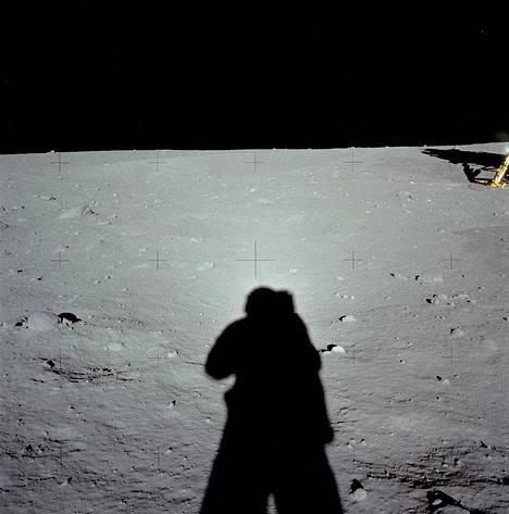 Varjot ovat Kuussa huomattavasti tummempia kuin Maassa.