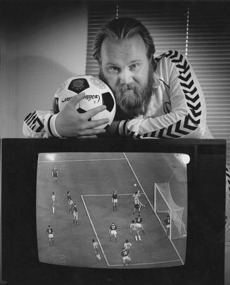 Jalkapallointoilija Gösta perusti oman futisseuran Johanneksen Dynamon, josta tuli monien vaiheiden kautta Veikkausliigassakin pelannut Atlantis FC.