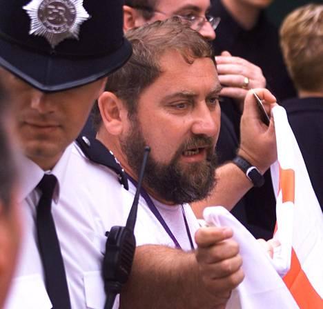 Poliisi saattamassa Damir Dokicia pois katsomoalueelta välikohtauksen jälkeen Wimbledonin turnauksessa vuonna 2000.