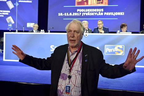 Matti Putkonen suitsi puoluekokousväkeä sunnuntain äänestysfarssin aikana.