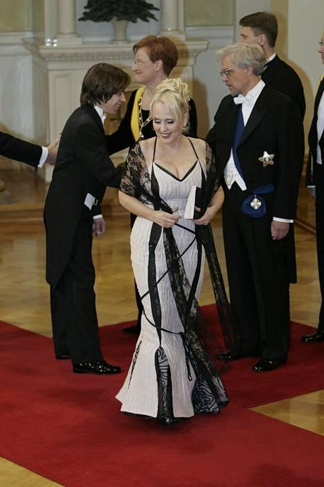 Maarit Hurmerinta KoneHelsingin Kalle Kuuselan suunnittelemassa puvussa vuonna 2004.
