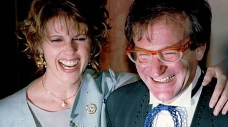 Robin Williams ja Pam Dawber poseeraavat kuvaajille nauraen vuonna 2005. Parivaljakko tähditti Ystäväni avaruudesta -sarjaa 70- ja 80-lukujen taitteessa.
