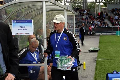 Gunnar Yliharju työn touhussa 17-vuotiaiden MM-kisoissa vuonna 2003. Taustalla Suomen joukkuetta valmentaneet Jyrki Heliskoski ja Kimmo Lipponen.