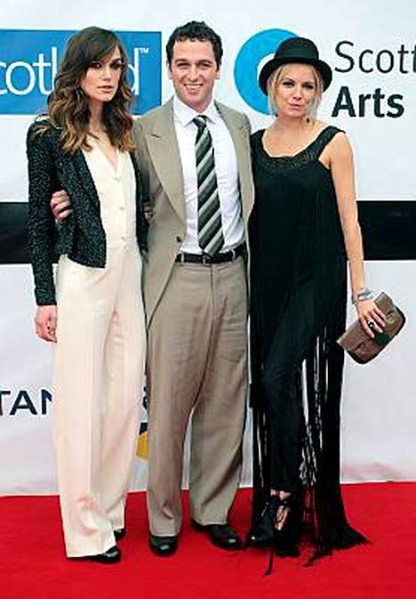Keira Knightley ja Sienna Miller ovat kaapanneet Dylan Thomasia näyttelevän Matthew Rhysin yhteiskuvaan.